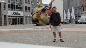 Ken Curtis in front of Sculpture, Berlin 2010